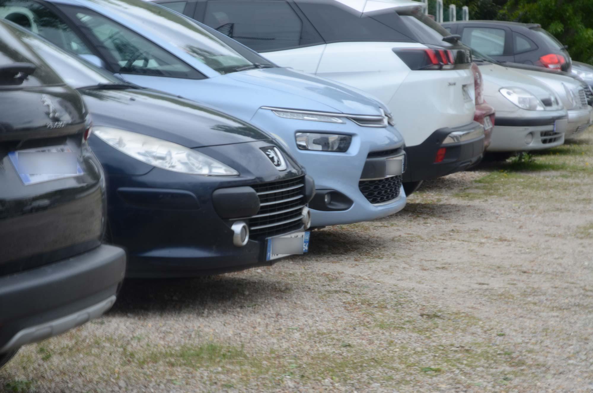 Alignement véhicules à Discount Parc, parking aéroport d'Orly