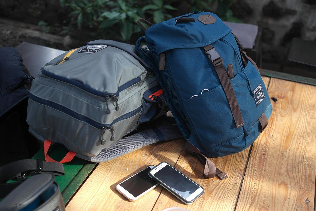 Sac à dos, choix crucial entre valise et sac.